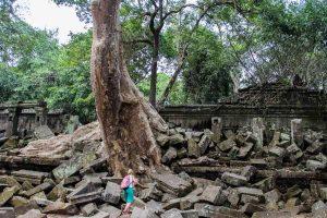 Mujer caminando sobre las gigantescas piedras caídas del templo de Beng Mealea en las selvas de Camboya
