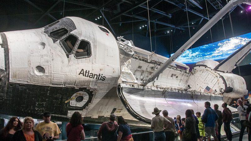 El transbordador espacial Atlantis se puede encontrar en el Centro Espacial Kennedy
