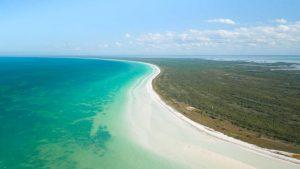 largo tramo de arena blanca en Isla Holbox Isla México