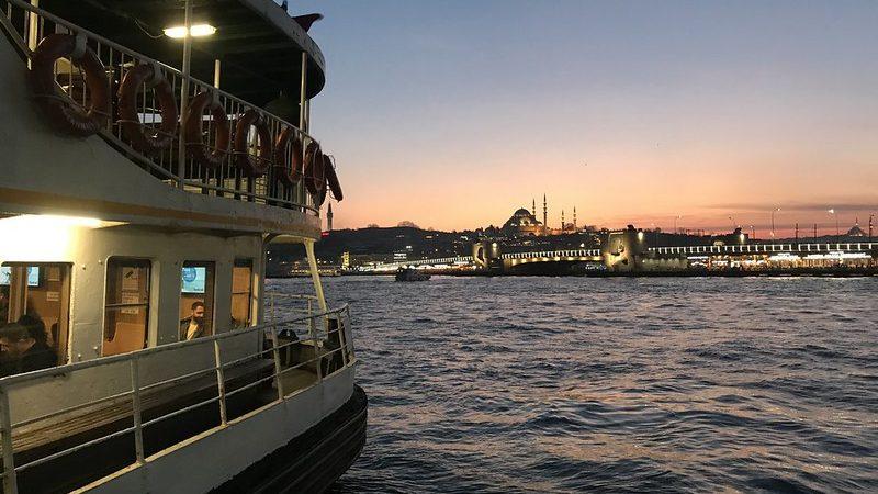 Ferry a través del Bósforo en Estambul