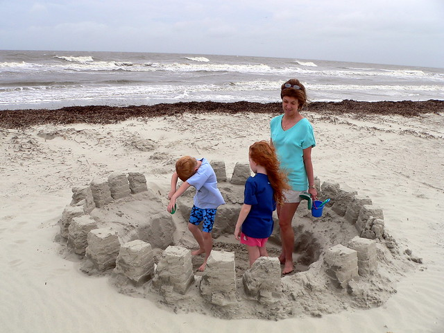 Jugando en el castillo de arena de otra persona