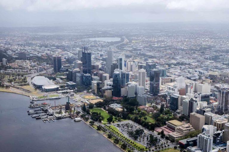 Vista elevada de la ciudad de Perth en el lado del distrito de negocios visto desde un paseo en helicóptero