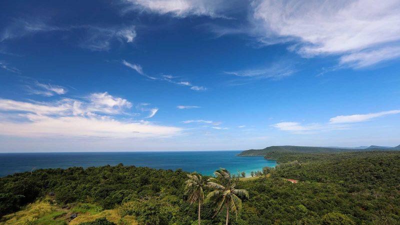Desde el faro tienes una vista increíble de Koh Rong Samloem. ¡Esta isla sigue siendo tan prístina como lo fue hace cientos de años y bien vale la pena el viaje!