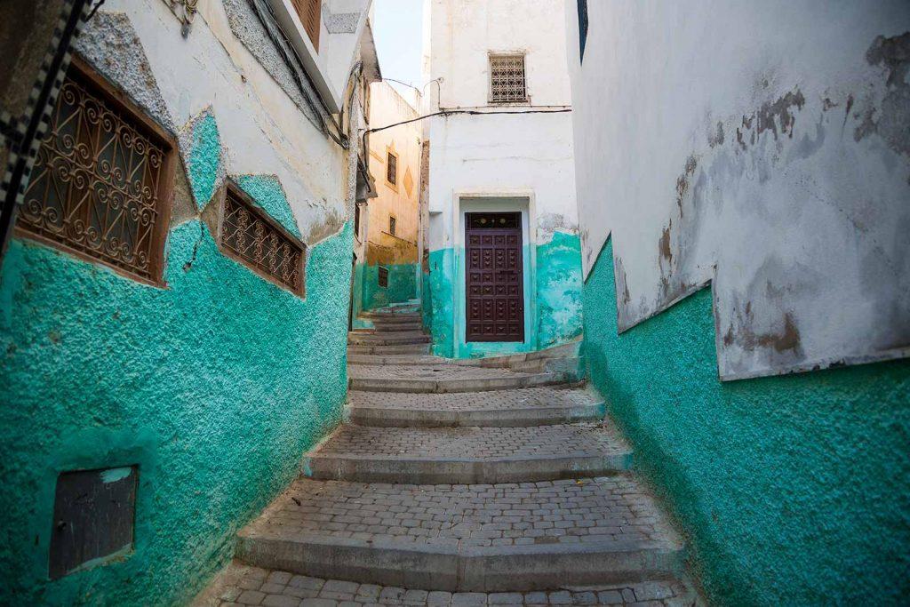 Las coloridas calles de Moulay Idriss parecen otro Chefchaouen, pero en lugar de azul, el cian es el color principal en uso aquí.