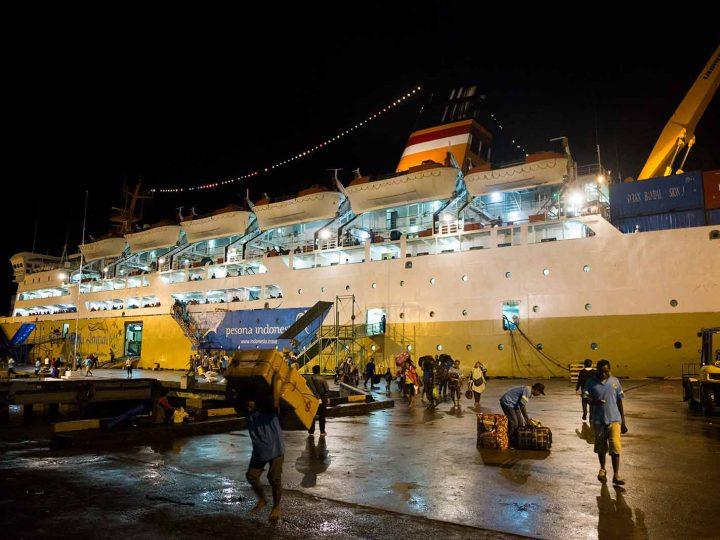 Islas Maluku: El KM Dobonsolo en el puerto de Ambon.