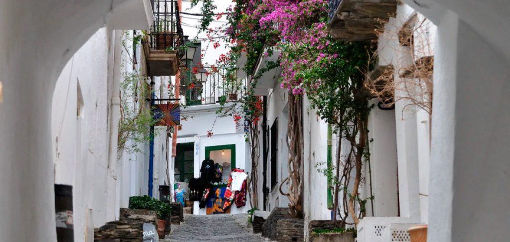 Camina por las calles de Cadaqués