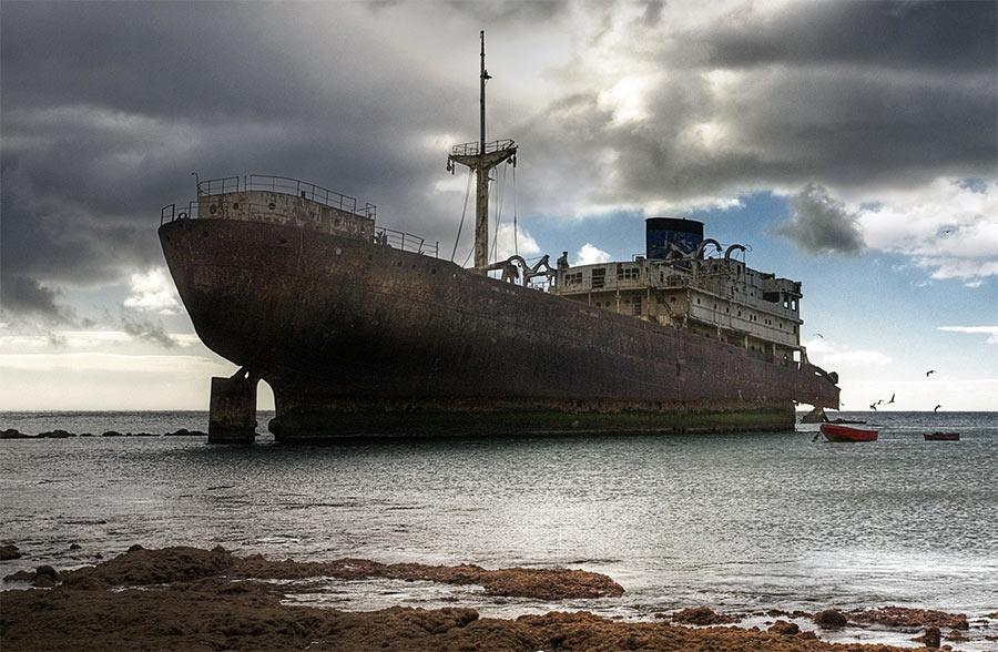 Explora un barco varado en Arrecife
